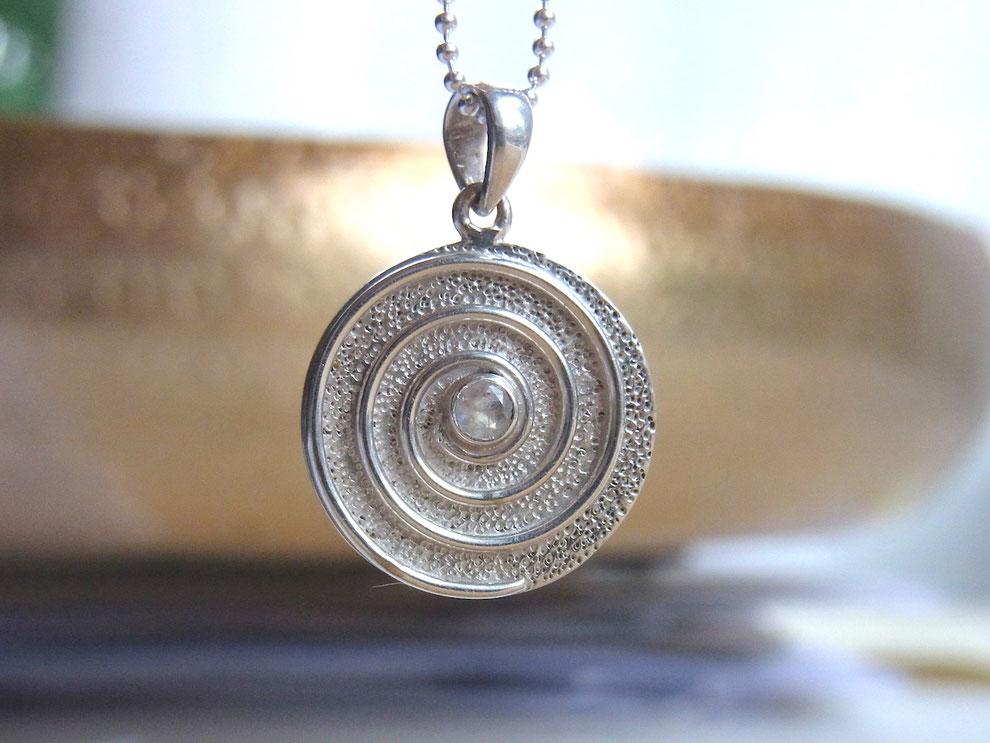 SUMAJU Kette mit Spirale und Mondstein Anhänger aus Silber