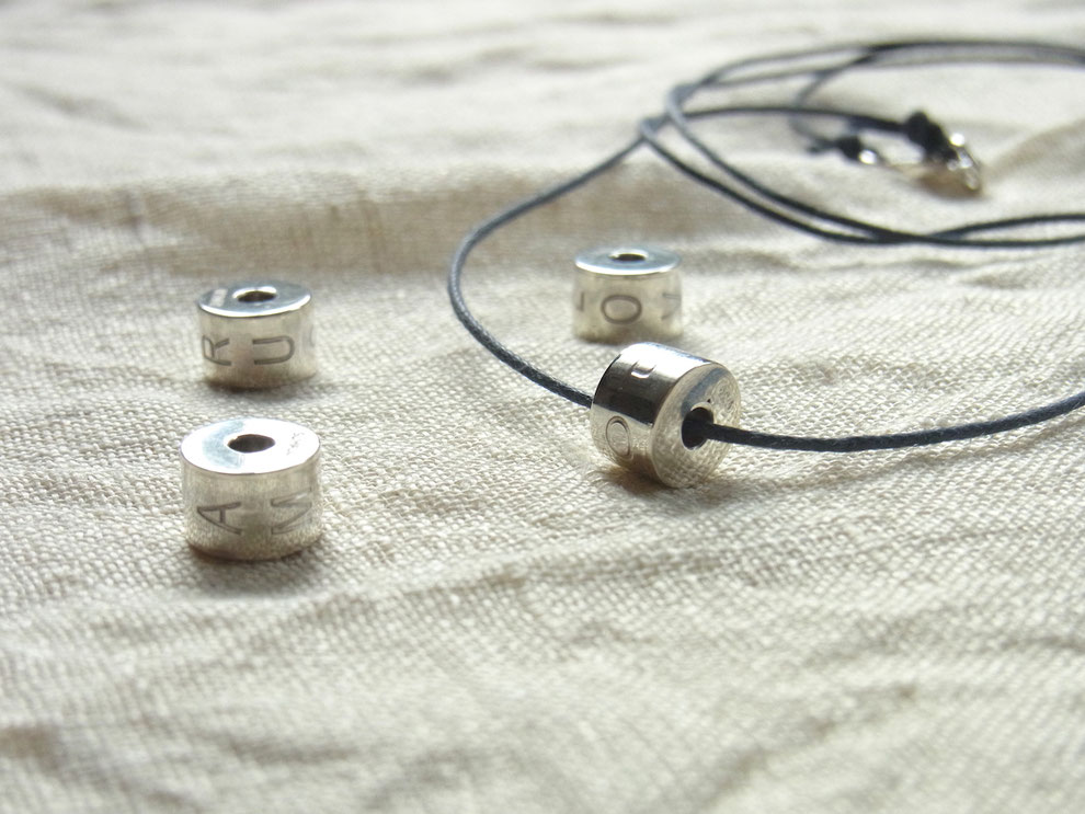 Baumwollbandkette mit Silberperle und Gravur
