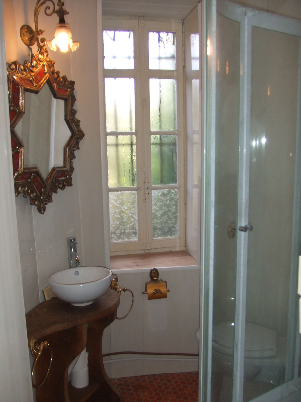 Salle de bain de la chambre montgolgières dans la tour (acces par couloir séparé)