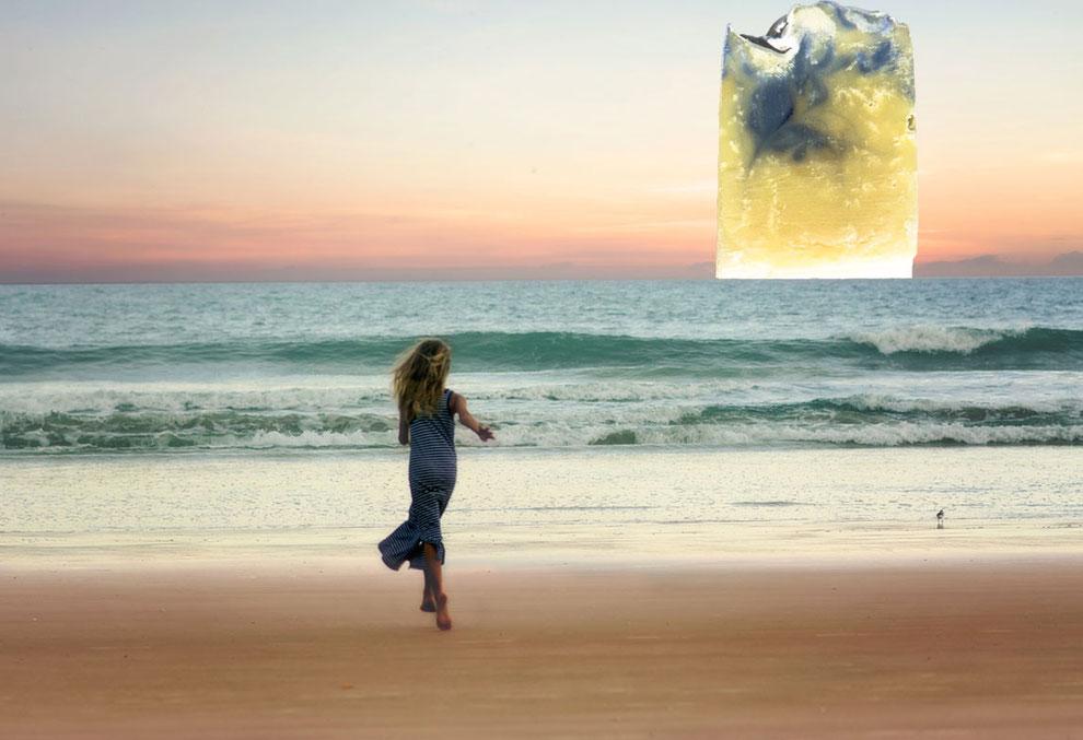 Junge Frau läuft am Meeresstrand. Am Horizont erscheint eine Naturseife