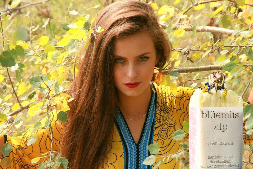 Naturseife Tipps - Junge Frau mit einer Naturseife