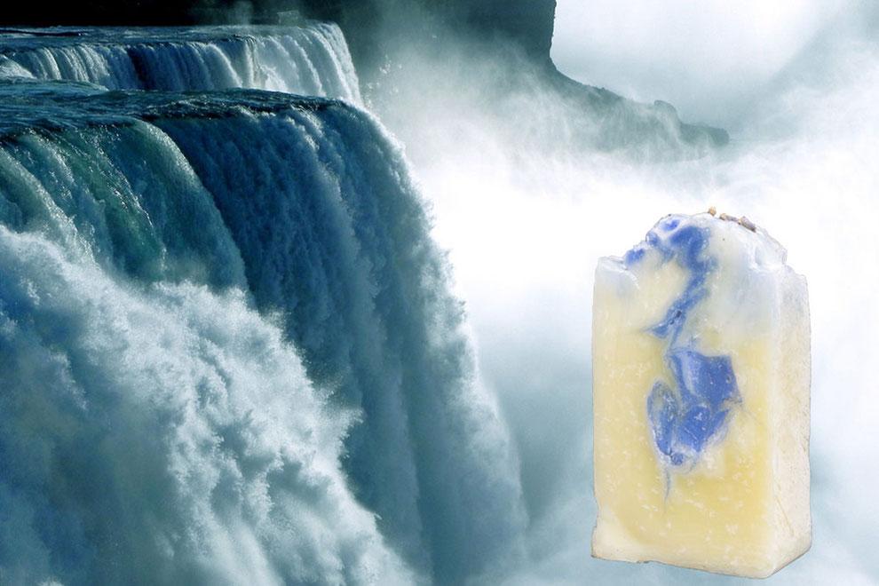 Naturseife an einem kräftigen Wasserfall