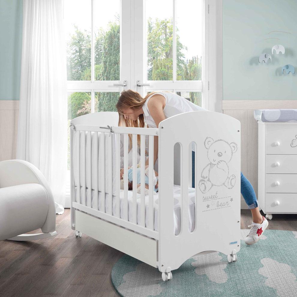 Cuna para bebé Sweet Bear de 120 x 60 cm con un diseño dulce perfecta para cualquier habitación de bebé.