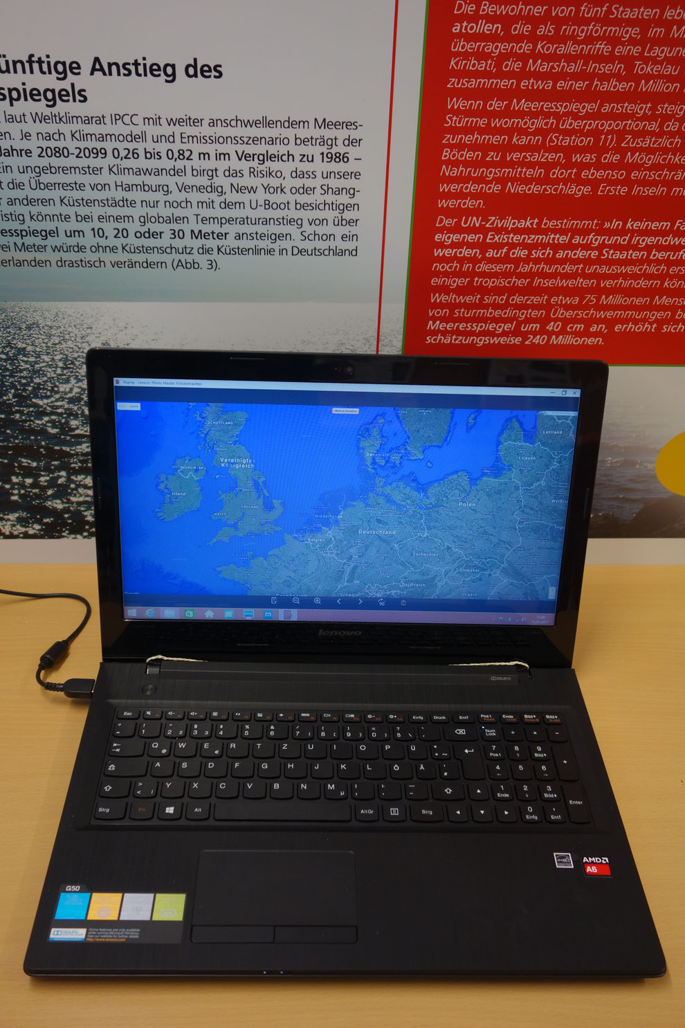 Der Laptop zeigt, wie sich die Landkarte beim Anstieg des Meeresspiegels um 1,  2, 5 oder 10 m ändert.