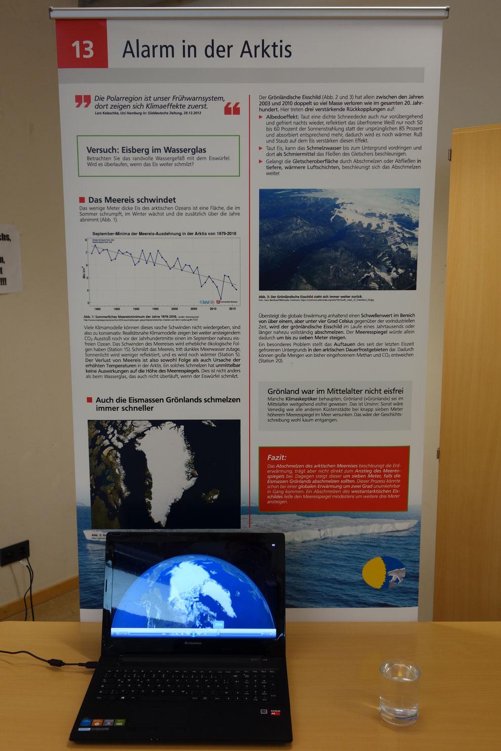 Das Video zeigt die zeiltliche Entwicklung der Ausdehnung des arktischen Meereises jeweils im September seit den 80er Jahren. Das Wasserglas zeigt: Schmilzt Eis, das auf dem Wasser schwimmt, steigt der Wasserspiegel nicht an.
