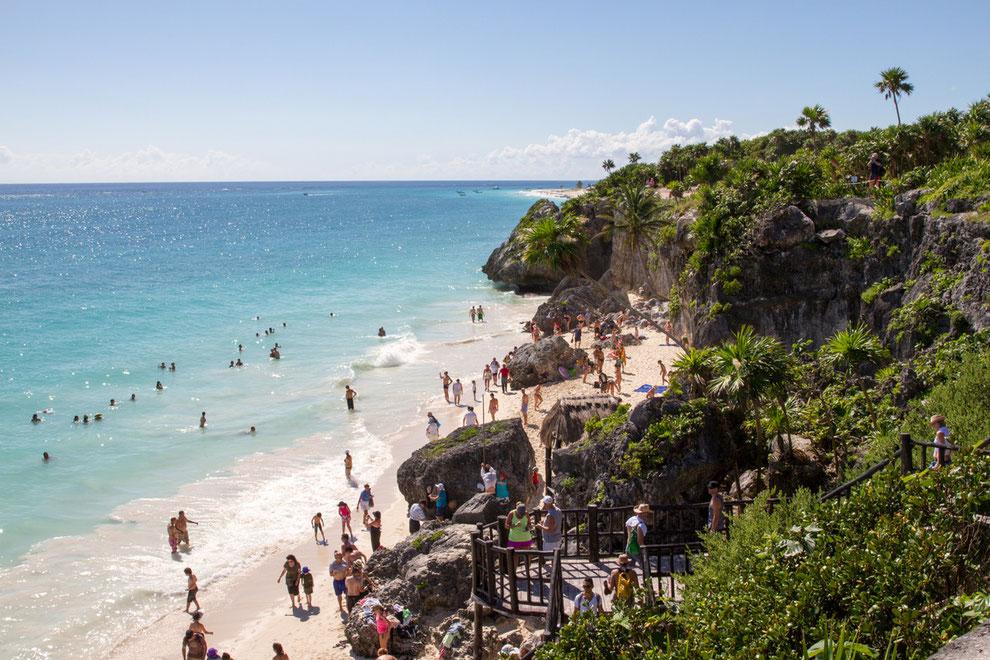 Playa con vista a ruinas Mayas