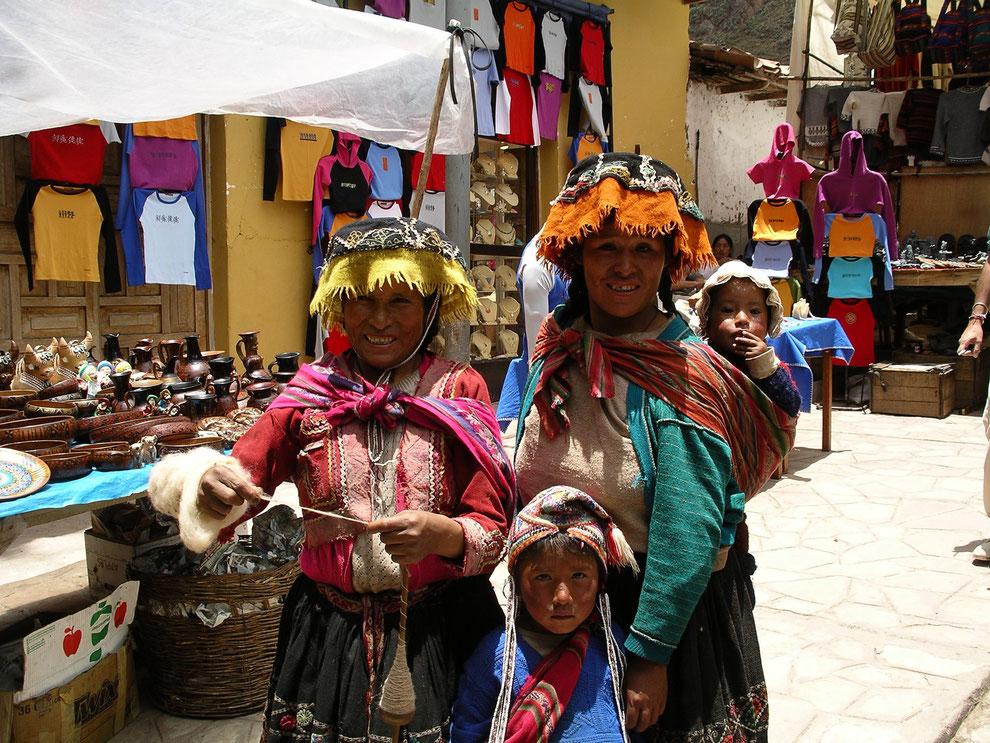 Im Hochland von Peru gibt es viele farbenfrohe Märkte zu bestaunen