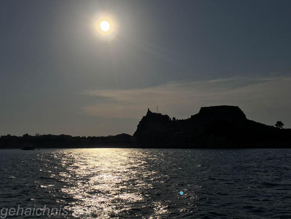 In den Sonnuntergang hinein auf dem Weg zum Hafen von Korfu