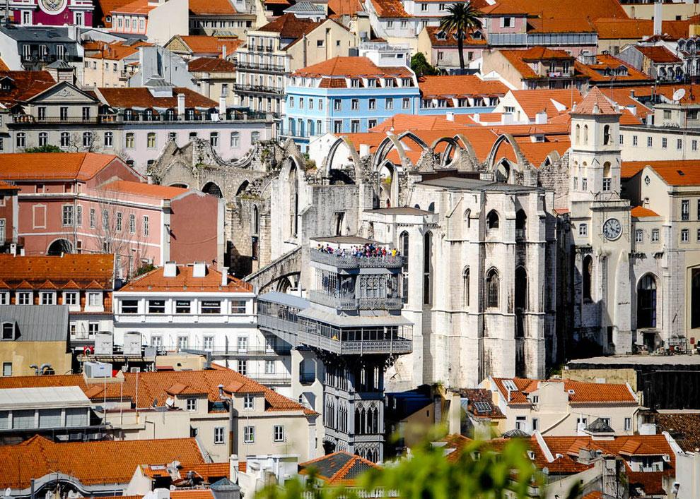 Den Elevador de Santa Justa hat man vom Castelo aus voll im Blick
