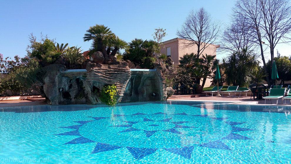 Während uns der Pool doch noch etwas zu frisch ist.....