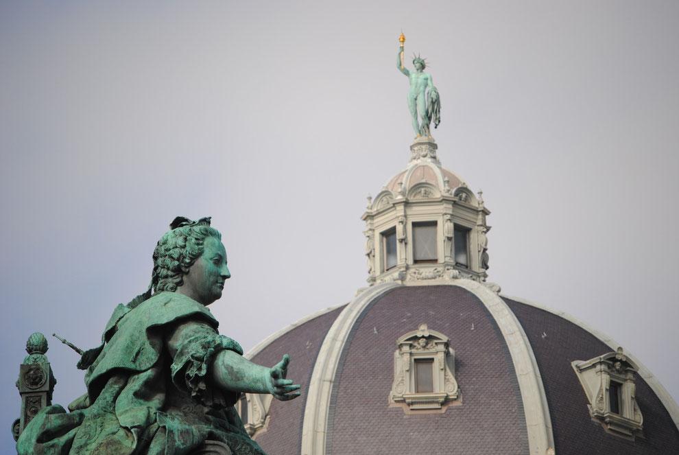 Denkmal Maria Theresias und die Statue der Pallas Athene auf der Kuppel des Naturhistorischen Museums