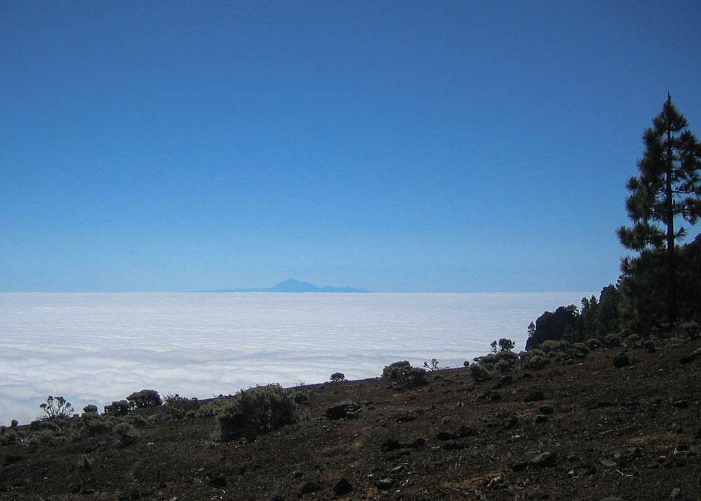 Der Teide - man kann ihn über den Wolken am Horizont erahnen