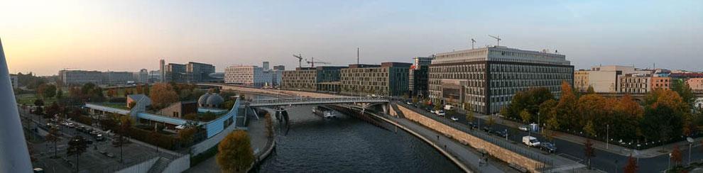 Auf der Brücke zwischen Paul-Löbe-Haus und Marie-Elisabeth-Lüders-Haus.