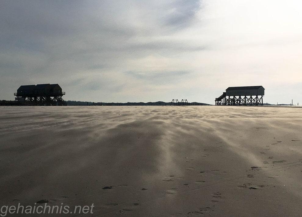 Der Wind treibt die Sandkörner vor sich her