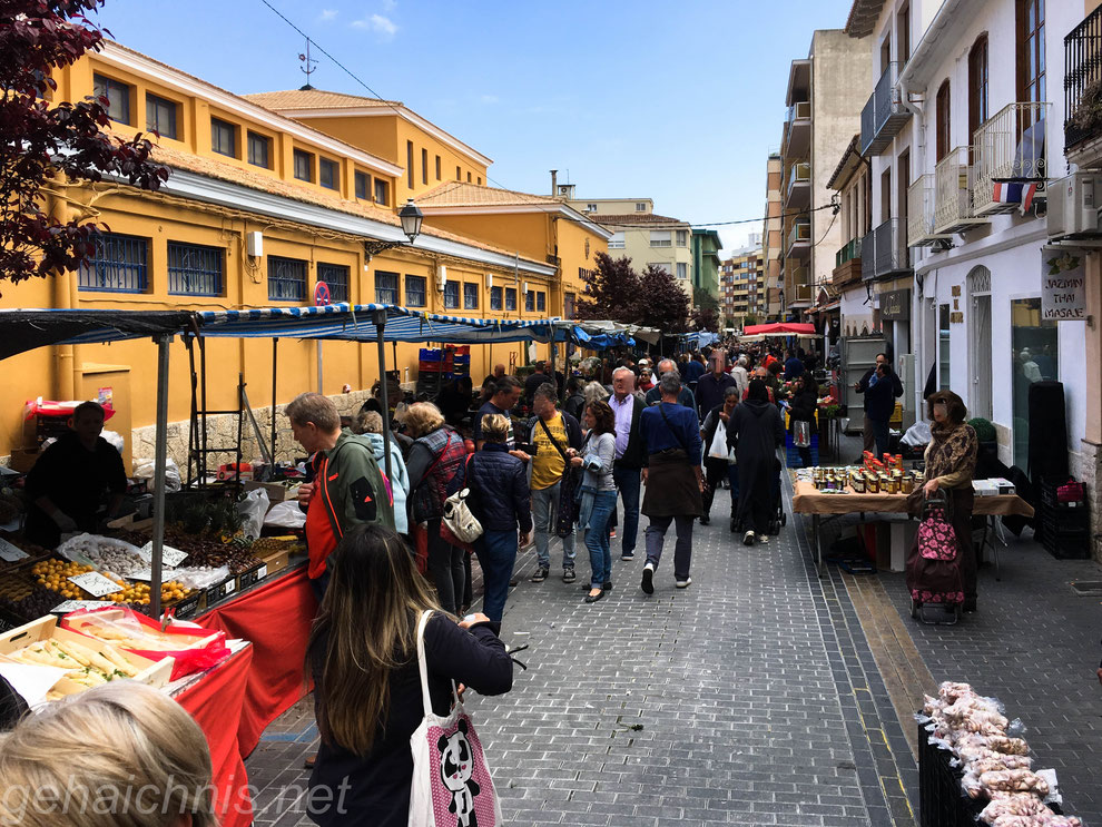 Markt, links das gelbe Gebäude ist die Markthalle Dénias