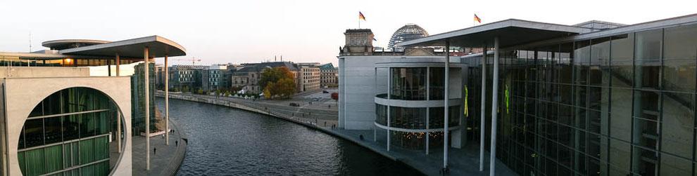 Links: Marie-Elisabeth-Lüders-Haus. Rechts: Paul-Löbe-Haus. Im Hintergrund: Kuppel des Reichstages.
