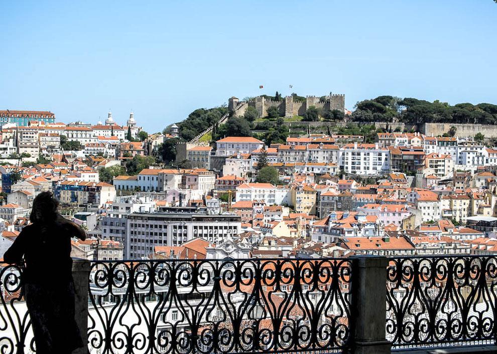 Blick vom Miradouro de Sao Pedro de Alcantara auf das Castelo Sao Jorge......