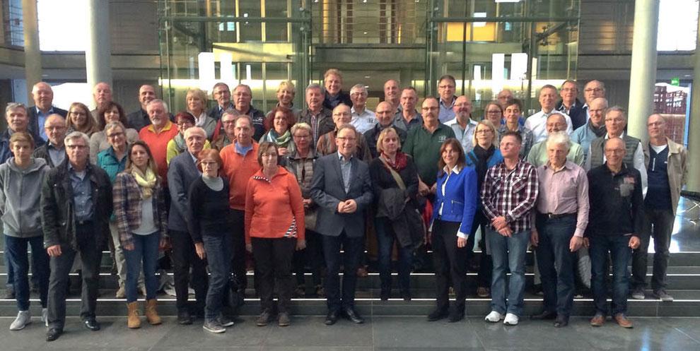 Die VOR-TOUR-der-Hoffnung-Helfer/-Kümmerer mit den MdB's im Paul-Löbe-Haus. Foto: Erwin R.