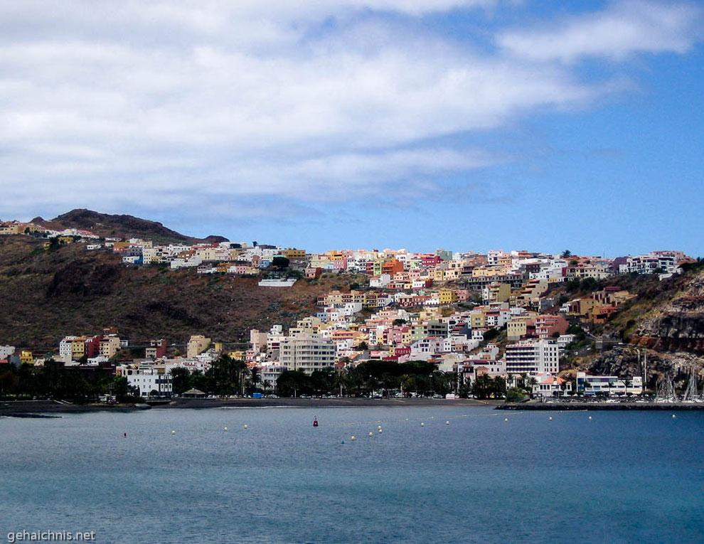 Blick vom Hafen auf Sant Sebastián, die Hauptstadt von  La Gomera