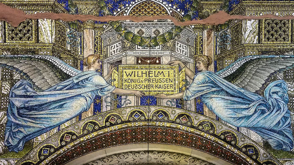 Widmungstafel für Kaiser Wilhelm I über dem Eingangsportal der alten Kaiser-Wilhelm-Gedächtniskirche
