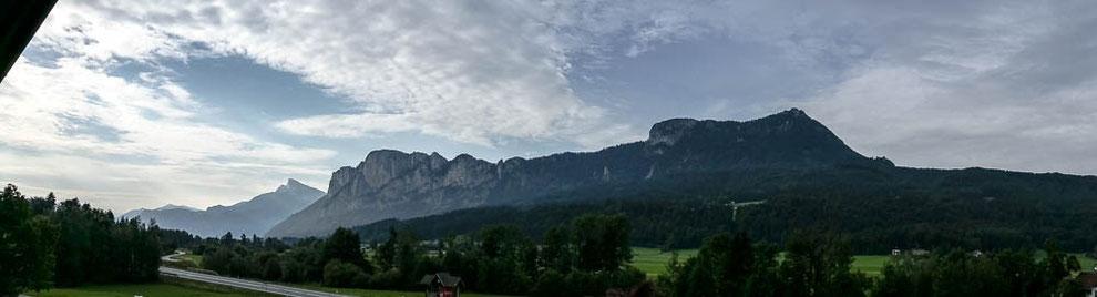 Unsere fantastische Kulisse: Drachenwand und Schafberg (links im Hintergrund)