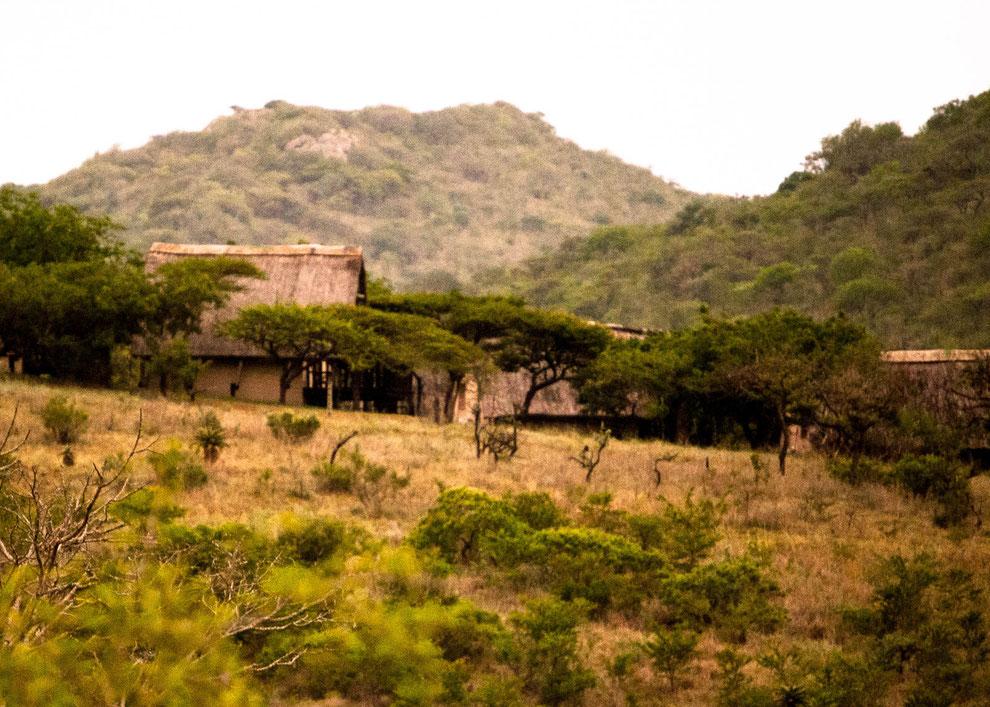 Blick auf die Ulwazi Lodge - während der Fahrt aufgenommen (ein Spaziergang außerhalb der Lodge ist nicht möglich)