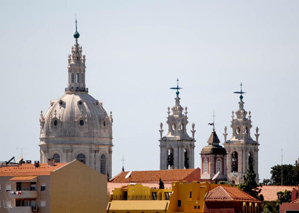 Die beeindruckende Kuppel und die Doppeltürme ragen über die Stadt