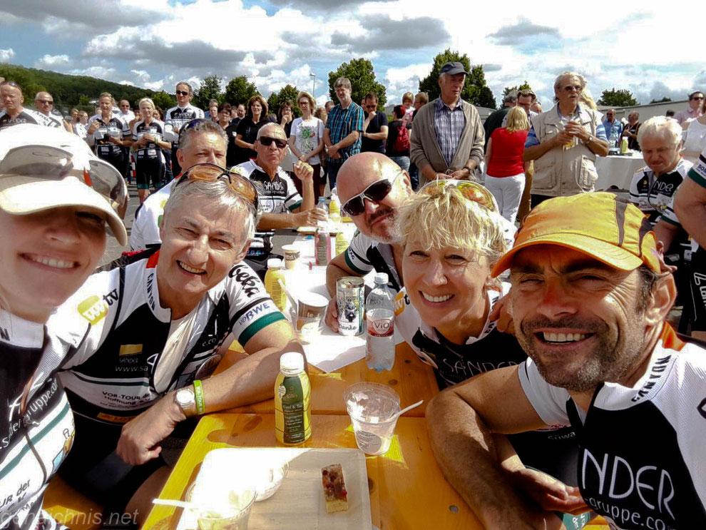 Selfie mit Marcel Wüst, Susanne, Joachim, Paul und Hans-Jürgen beim Stopp in Wiebelsheim (Foto: Susanne H.)