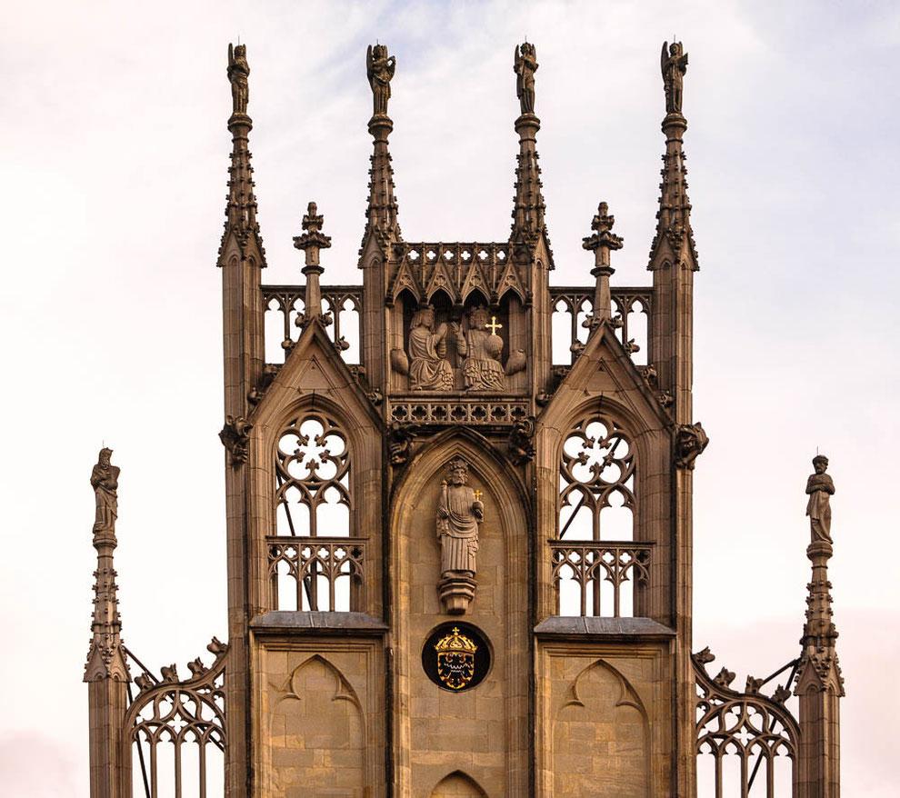 Giebel des Rathauses mit der Statue eines Königs