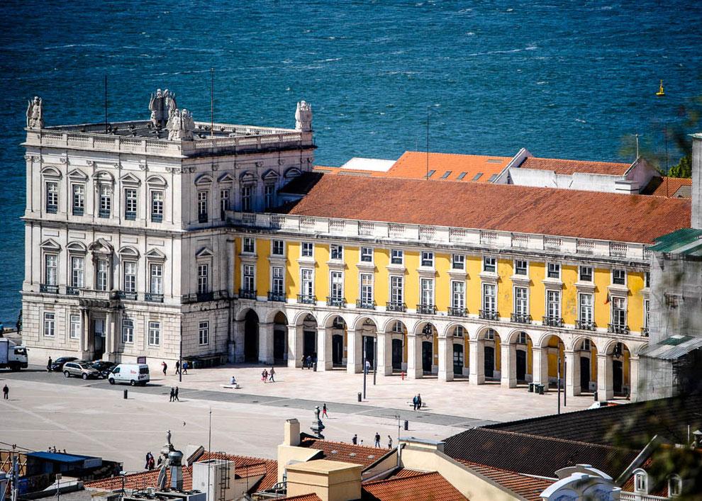 Die Gebäude mit den Ministerien et al umrahmen den Praca do Comercio
