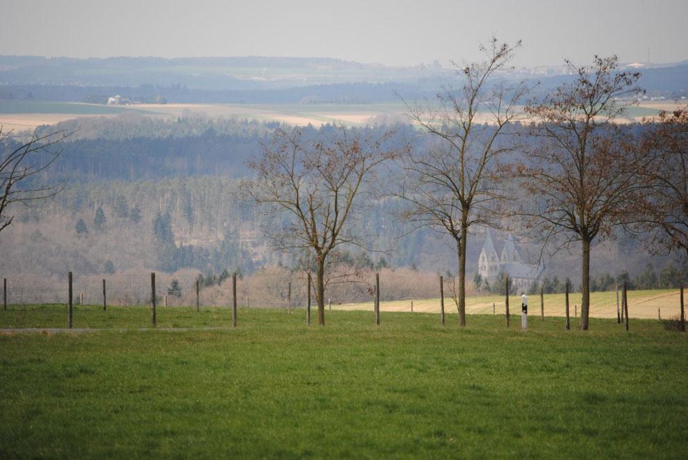 Blick von Sargenroth Richtung Ravengiersburg und auf den Hunsrückdom