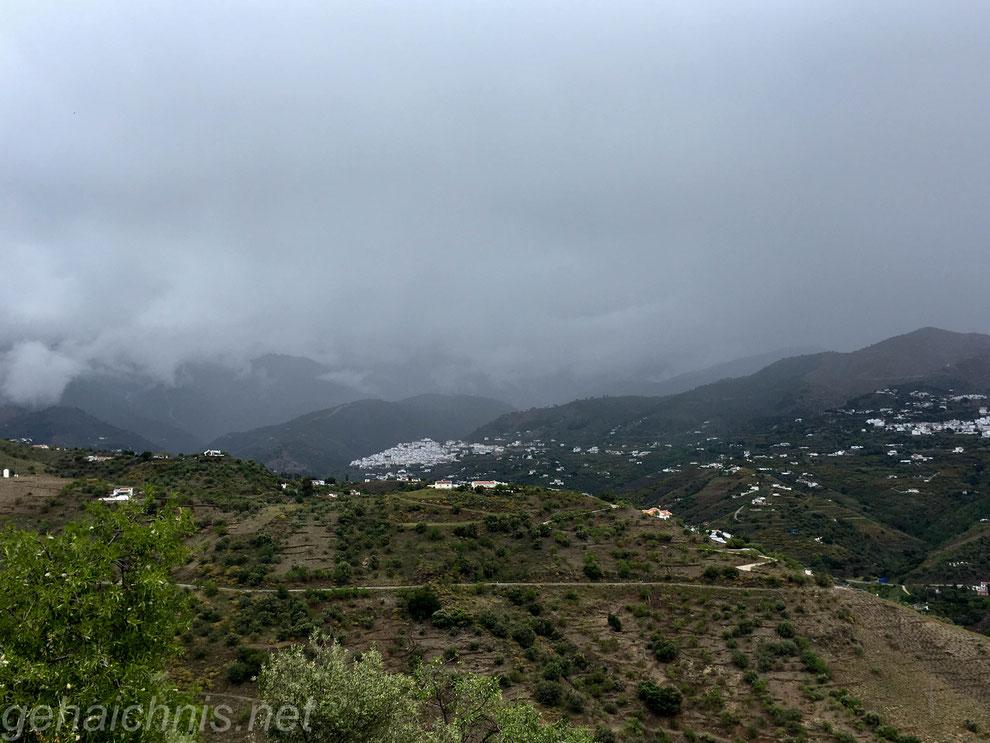 Die schwarze Wolke hängt über dem Tal fest an den Bergspitzen der Sierra de Tejeda