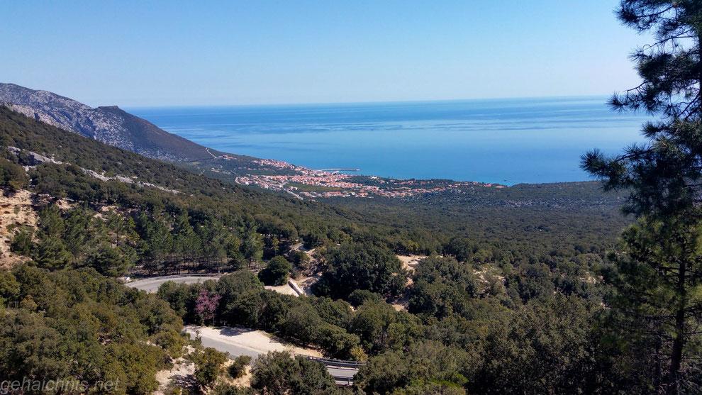 Im Vordergrund erkennt man die Panoramasstraße hinab nach Cala Gonone unten an der Küste