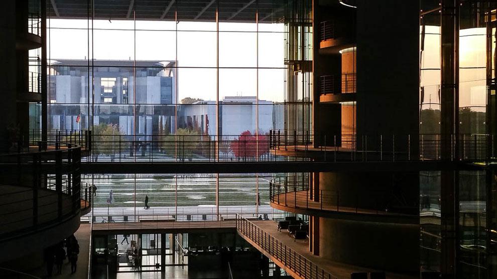 Sonnen- und Lichtspiel im Paul-Löbe-Haus. Blick auf das Bundeskanzleramt.