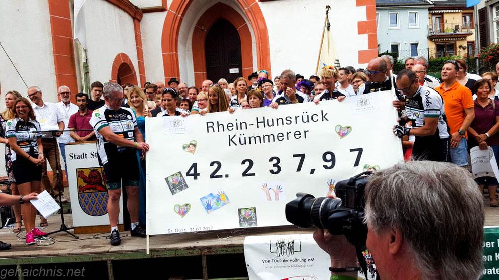 Wir Kümmerer aus der Region rund um Kastellaun/Kirchberg/Emmelshausen/St. Goar übergeben unseren Spendenscheck an die VOR-TOUR 2017