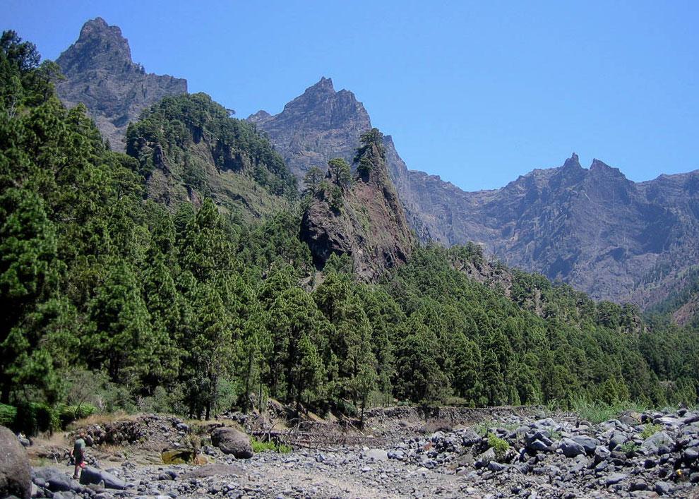 Blick von der Playa de Taburiente auf die umliegenden steilen Felswände