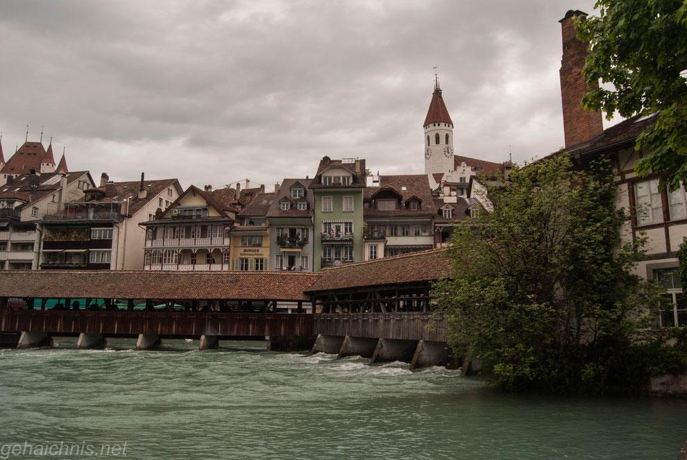 Mühlenschleusenbrücke vor der historischen Kulisse Thuns. Im Hintergrund der Turm der Stadtkirche.
