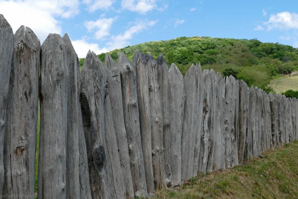 Palisaden bilden die Linie des Grenzwalls, neben Gräben, Wachtürmen, Wällen, Kastellen