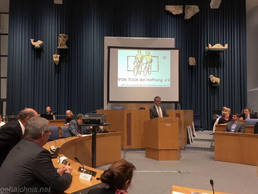 Begrüßung durch den Landtagspräsidenten Hendrik Hering (Mitte). Links vorne im Bild: Hans-Josef Bracht