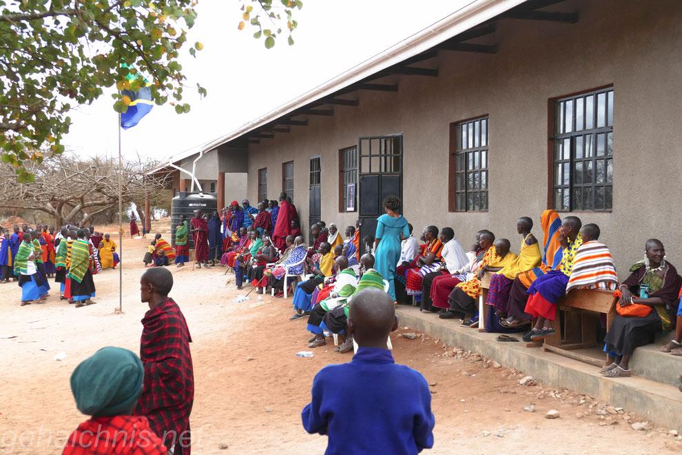 Schulgebäude mit Regenwassersammeltank