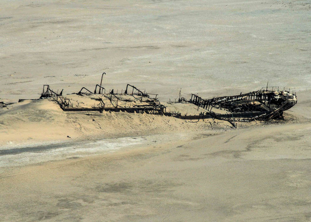 Das Wrack der Eduard Bohlen inmitten der Wüste