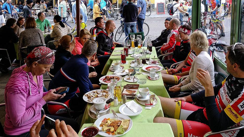 Nach dem Radmarathon: Erst mal stärken. Erlebnisse austauschen. Taktiken besprechen.