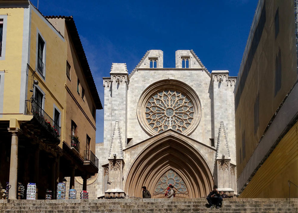 Das gotische Hauptportal der Kathedrale mit reichen Skulpturenschmuck und großer Rosette.