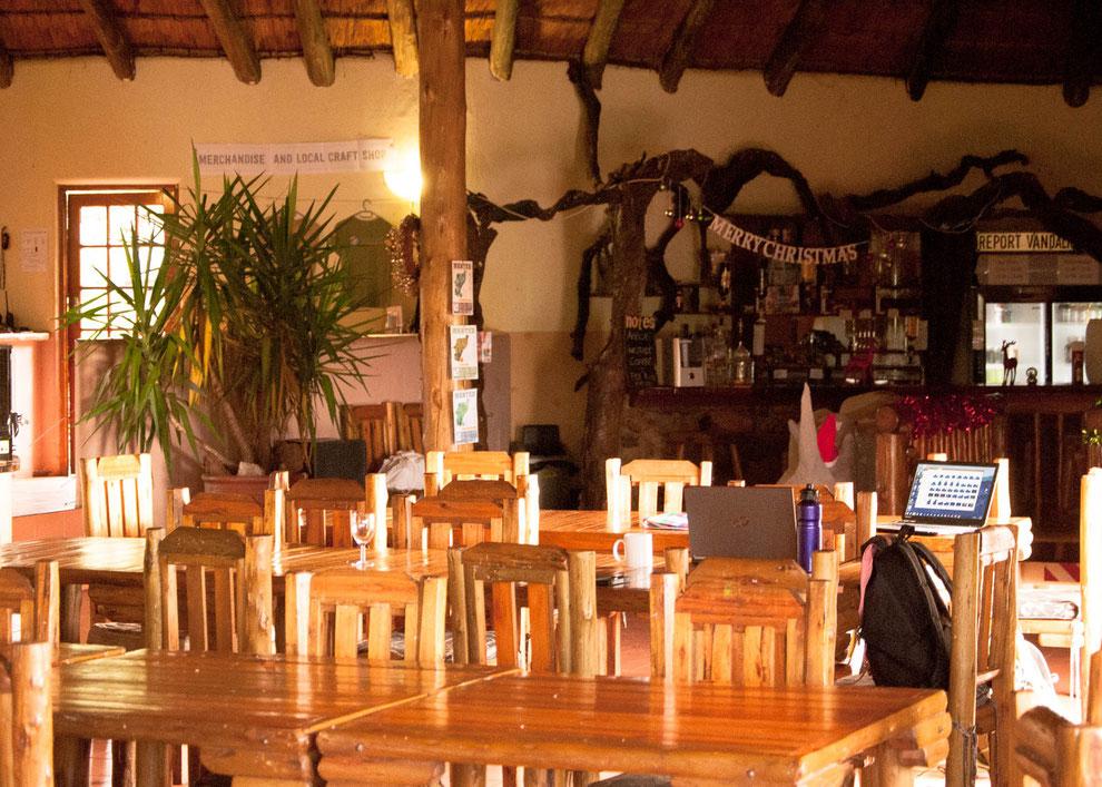 Unser Gemeinschaftraum mit Blick auf die Bar. Hier spielt sich alles ab: die Fütterung der Raubtiere, trinken, arbeiten, Bescherung, movies gucken, relaxen....