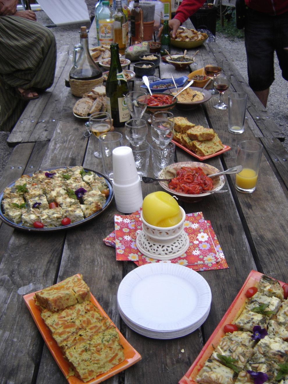C'est superbe, plein d'amour, il y en a partout sur la table, ça régale les yeux, on a envie de tout manger: du houmous, des noix de cajou grillées à la sauce soja, des terrines végétariennes, des quiches...