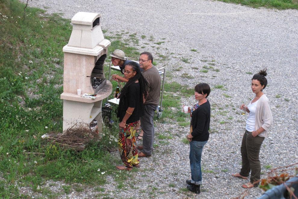 Bruno encouragé et soutenu par ses Brunettes prend en charge le barbecue.