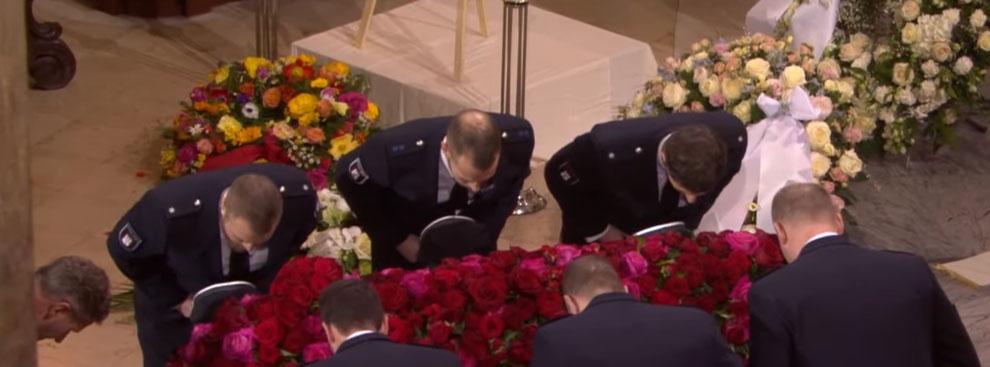Trauerfeier im Michel - Die Hamburger Polizei verneigt sich vor dem Sarg von Jan Fedder.