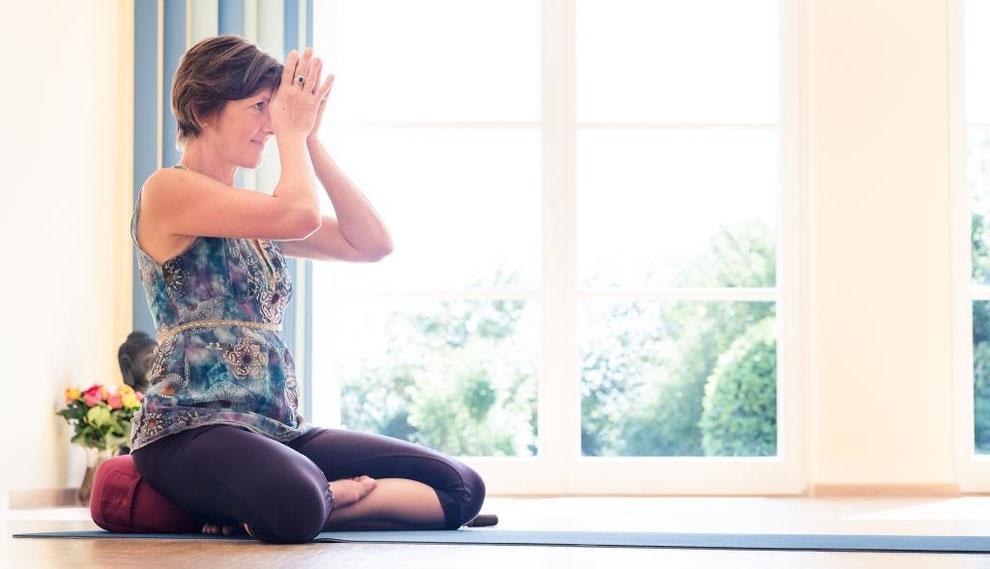 Gabriele Haage stellt ihre vielen Yoga-Angebote und Behandlungen vor.