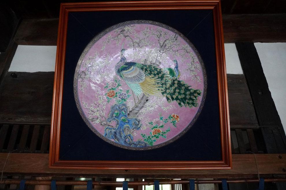 色絵岩梅牡丹孔雀大皿:晩香窯の初代である庄村健吉が手掛けた大皿。大正初期の作品で、当時ではとても珍しかったピンクの色絵を使っている。ピンクを発色するために金を使っていた。皿の直径は約80cmの大きさでろくろ職人による匠の技です。