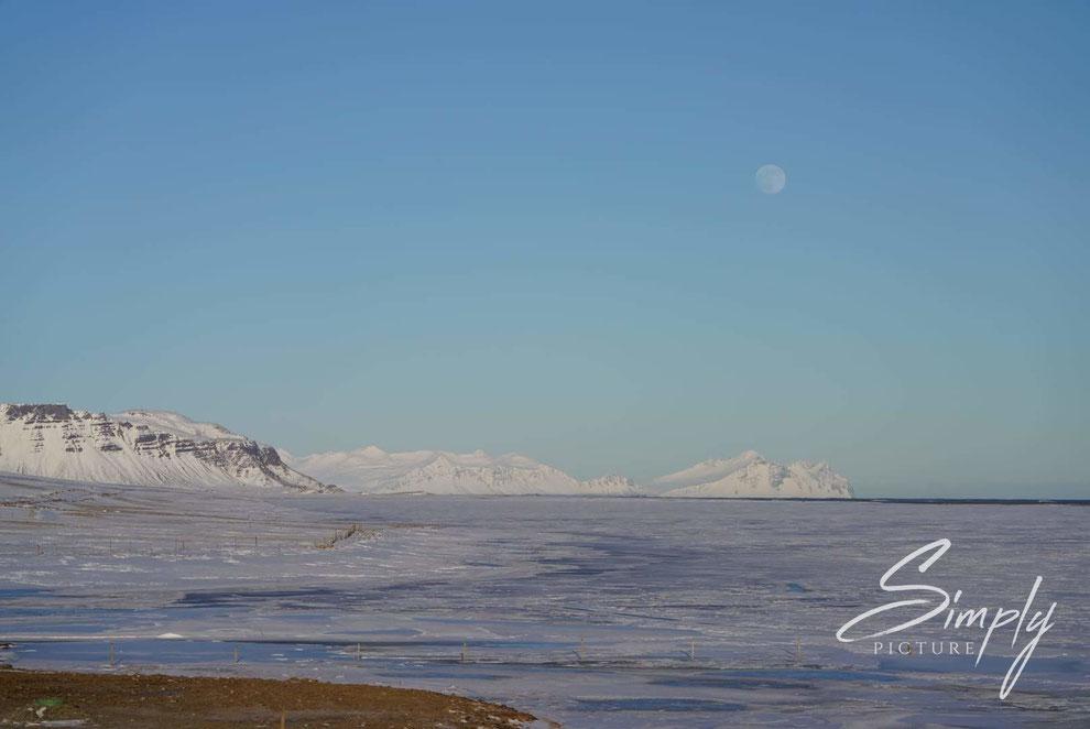 Iceland, Verschneite Berge mit Eis auf dem Schwemmgebiet